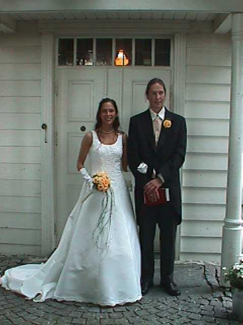 De nygifte på kirketrappen