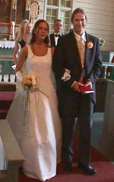 De nygifte går ned kirkegulvet